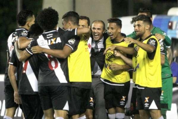 Jogadores do Vasco comemoram após vitória sem sofrer gol diante do Avaí. Confira a seguir a galeria do LANCE!