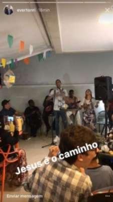 Everton Ribeiro filma volante Souza em culto e gera especulações