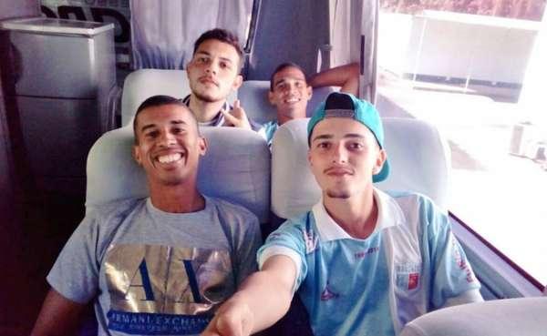 Os jogadores do Angra dos Reis estavam felizes da vida rumo ao jogo contra o Duquecaxiense, pela quarta rodada da fase de classificação da Série B2 do Carioca. Até o torcedor solitário do clube, que ganhou notoriedade nas últimas semanas, estava no ônibus