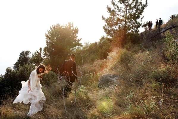 """Mistura de documentário e aventura, """"Estou Com A Noiva"""" mostra a encenação de um grupo de sírios que tenta chegar à Suíça fingindo um casamento"""