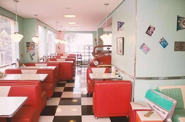 Zé do HamburgerCom aquele visual clássico bem retrô, o tradicional Zé do Hamburger busca nos diners norte-americanos a inspiração para seu visual. A hamburgueria fica localizada no bairro de Perdizes e é parada obrigatória para quem curte o estilo rockabilly. A lanchonete tem objetos de época como as geladeiras, a lambreta, os quadros, o piso quadriculado, as poltronas estofadas em cores fortes e a mesa de lanche dentro de uma réplica de um Ford 1951. Na trilha do restaurante, muito rock dos anos 50 e 60. Zé do Hamburger R. Itapicuru, 419 - Perdizes