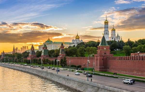 Kremlin de MoscouNo centro de Moscou está um dos pontos turísticos mais famosos da cidade e do país: o Kremlin de Moscou. Cercada por muros altíssimos, a fortaleza é a sede do governo e residência oficial dos chefes de Estado da Rússia. Existem diversos kremlins espalhados pela Rússia (eles foram construídos a fim de proteger o longo território), mas o mais famoso certamente é o de Moscou. Lá, o turista encontra museus, arsenais de armas e diversas outras atrações históricas.
