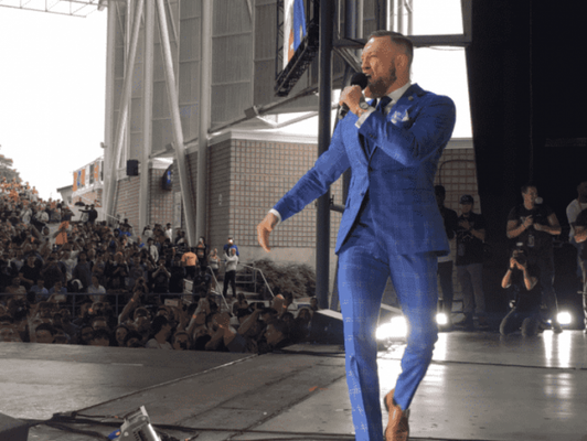 "Conor McGregor fala em evento de turnê mundial de ""May-Mac"""