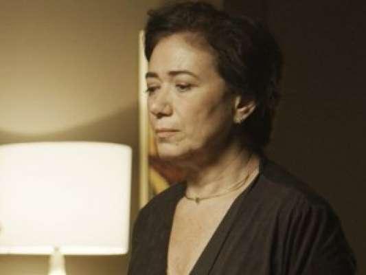 Silvana (Lilia Cabral) não tem dinheiro para pagar tudo que perdeu e o funcionário do cassino clandestino não a deixa sair sem pagar, na novela 'A Força do Querer', a partir de 12 de agosto de 2017