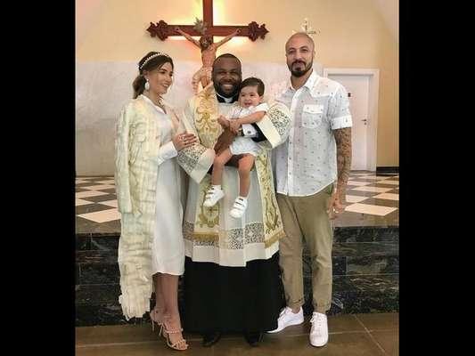 Ex-BBBs Aline Gotschalg e Fernando Medeiros batizam o filho, Lucca, em 16 de julho de 2017