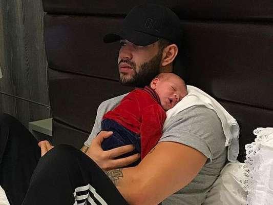 Gusttavo Lima faz o filho, Gabriel, dormir tocando piano, em 16 de julho de 2017