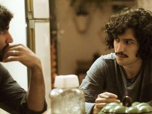 Gustavo (Gabriel Leone) se revoltará com Renato (Renato Góes) quando o irmão deixar Rimena (Maria Casadevall) sair do país na série 'Os Dias Eram Assim'