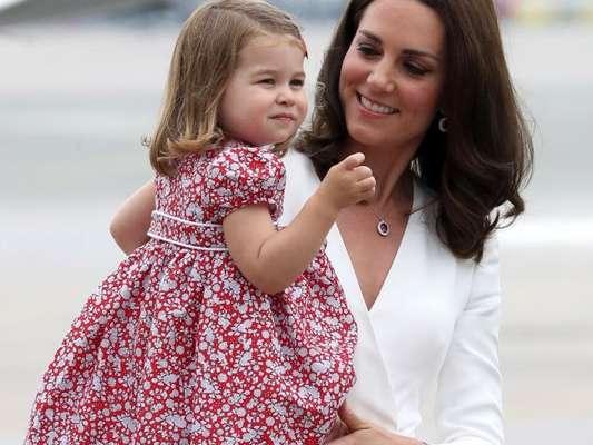 Kate Middleton e princesa Charlotte usaram looks caprichados em viagem à Polônia, em 17 de julho de 2017