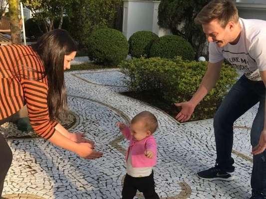 Thais Fersoza, mulher de Michel Teló, mostrou os primeiros passos da filha, Melinda, nesta segunda-feira, 17 de julho de 2017