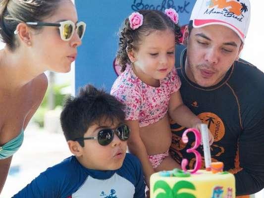 Wesley Safadão comemorou com a família no Beach Park, no Ceará, o aniversário da filha caçula Ysis de 3 anos