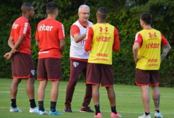 Dorival Júnior em conversa com jogadores no trein: técnico tem trabalho pela frente