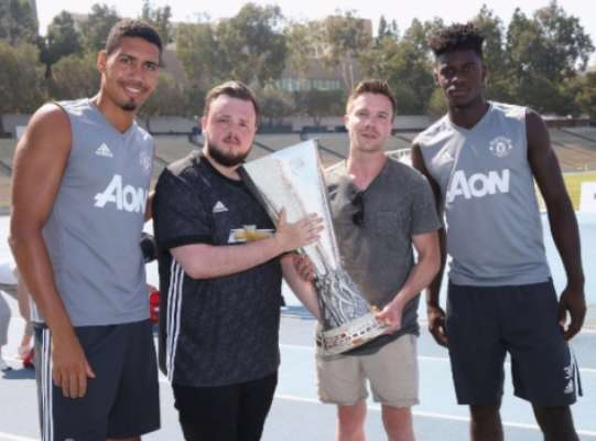 Atores de Game of Thrones visitam treino do United