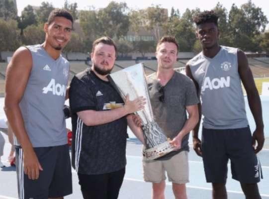 Atores de Game of Thrones visitam treino do United