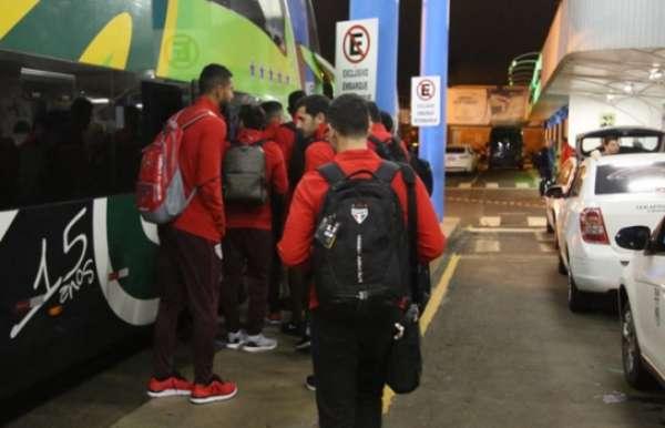 São-paulinos embarcando de ônibus de Chapecó