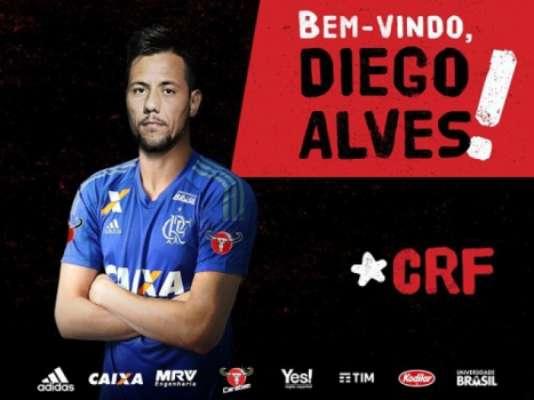 É oficial! Diego Alves assinou com o Flamengo e já foi apresentado. O Rubro-Negro desembolsou cerca de 300 mil Euros (cerca de R$ 1,1 milhão) para contar com o goleiro que tem fama de pegador de pênaltis na Europa.
