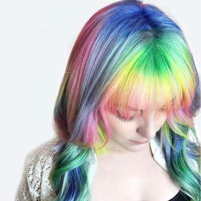 Raiz colorida precisa de cuidados com o couro cabeludo