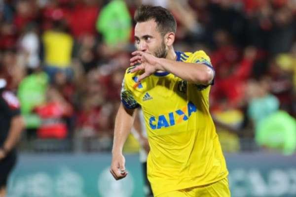 Everton Ribeiro vem sendo peça fundamental, mas ficará de fora contra o Santos pela Copa do Brasil