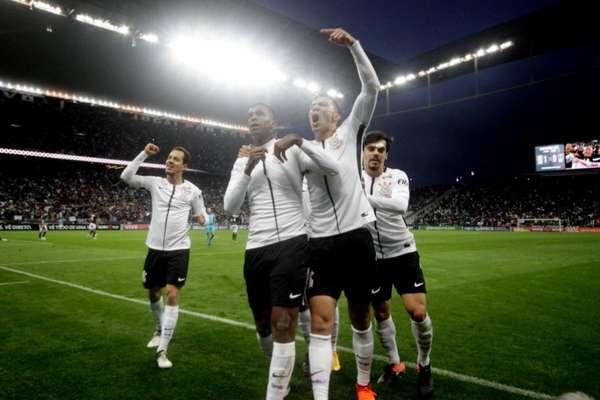 1º) Corinthians, por Brasileiro, Paulista (campeão), Copa do Brasil e Copa Sul-Americana, tem 72,73% de aproveitamento em 44 jogos (27V 15E 2D). É o time que menos perdeu. Fez 61 gols e sofreu 23...