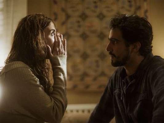 Renato (Renato Góes) conta a Rimena (Maria Casadevall) que é pai do filho de Alice (Sophie Charlotte), na supersérie 'Os Dias Eram Assim', em 14 de agosto de 2017