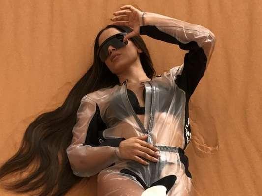 Henrique Martins, maquiador de Anitta no clipe 'Sua Cara', precisou refazer a pele da cantora cerca de três vezes em 18 horas: 'Os produtos são à prova d'água, então eles ajudam a ter uma resistência maior'