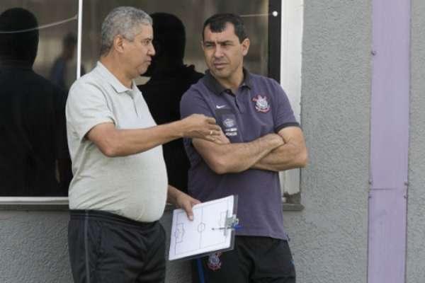 Alfinete com Fábio Carille em treino do Corinthians
