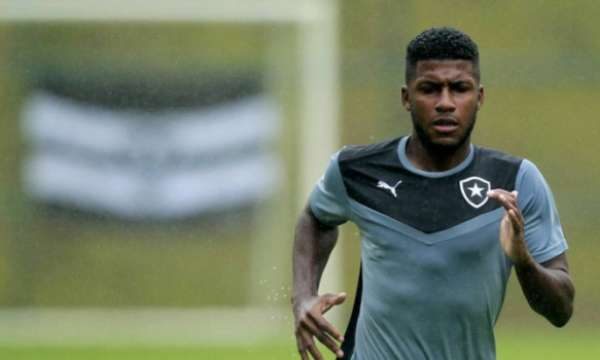 Zagueiro de 22 anos foi revelado no Botafogo