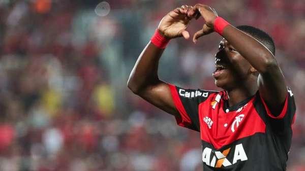 Vinicius Junior marcou seu primeiro gol como profissional aos 17 anos e 28 dias, selando a goleada de 5 a 0 do Flamengo sobre o Palestino, no dia 9 de agosto.