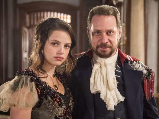 Domitila (Agatha Moreira) é levada de volta para casa à força por Felício (Bruce Gomlevsky), seu marido, na novela 'Novo Mundo', em 18 de agosto de 2017
