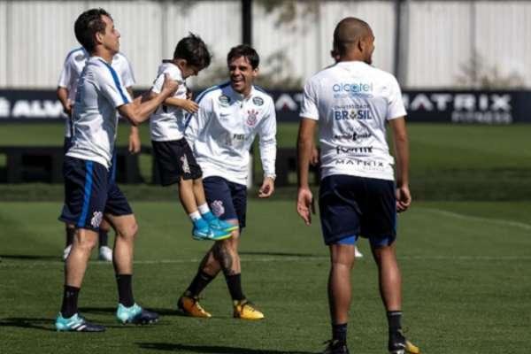 Filho de Fagner brinca em treino do Corinthians