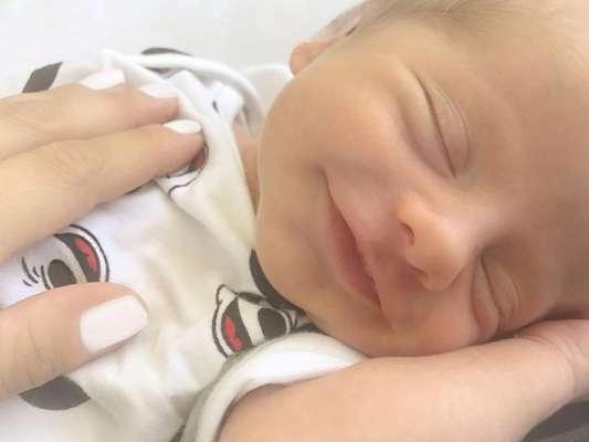 Karina Bacchi publicou uma foto do filho recém-nascido, Enrico, sorrindo nesta quinta-feira, 17 de agosto de 2017
