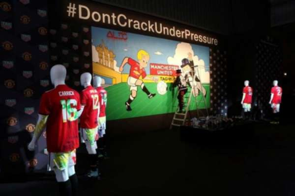 Jogadores Do Manchester United Grafitam Mural No Old Trafford