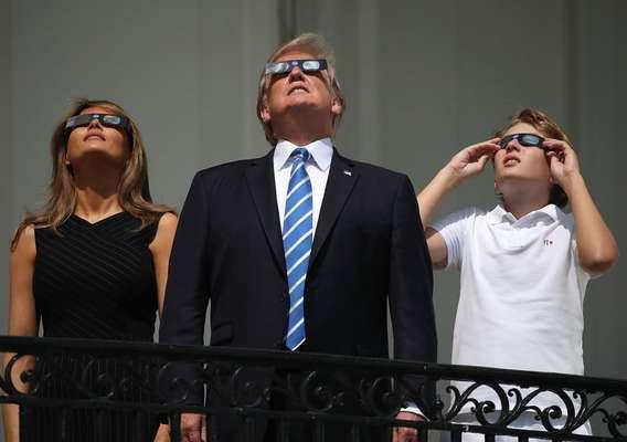 Família Trump observa eclipse do Sol