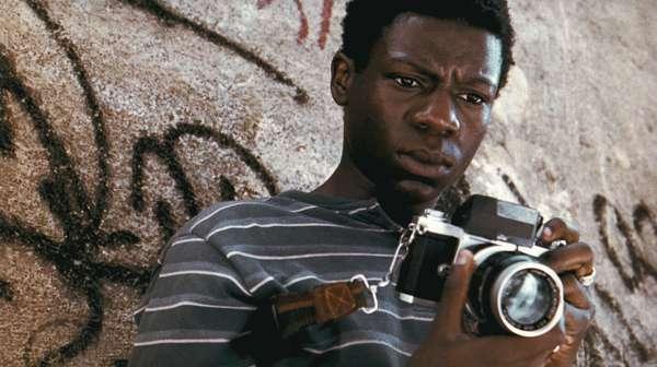 """Cidade de Deus (2002)Indicado a quatro Oscars, """"Cidade de Deus"""" é provavelmente o filme brasileiro mais conhecido fora do país. Com uma linguagem de câmera inovadora e a escolha de parte do elenco amador, o filme ganha liberdade e agilidade para contar a história de dois garotos no morro do Rio de Janeiro: um, cresce para se tornar fotógrafo; o outro, chefe do tráfico."""