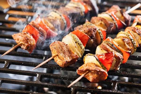 ShashlykQuem disse que só no Brasil tem espetinho? A Rússia também tem no seu menu típico um prato parecido com o nosso, mas o de lá está mais para um kebab. O Shashlyk trata-se de um pequeno espetinho de carne (geralmente, de cordeiro), em que também são acrescentados vegetais, como cebola, abobrinha e tomate. Ele também é um prato que costuma ser feito do lado de fora de casa, como nosso churrasco, e para comer com amigos ou a família. Geralmente, é servido com molho de romãs e um pão de massa fina.