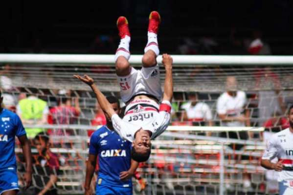Hernanes comemora um de seus gols na vitória sobre o Cruzeiro no Morumbi