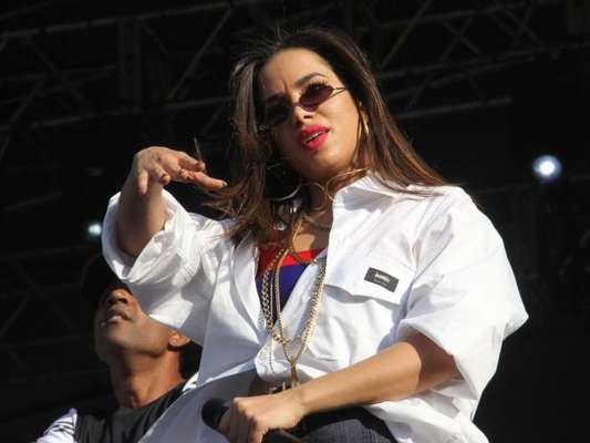Anitta usa óculos minúsculos e exibe boa forma em show no Rio de Janeiro, em 10 de setembro de 2017