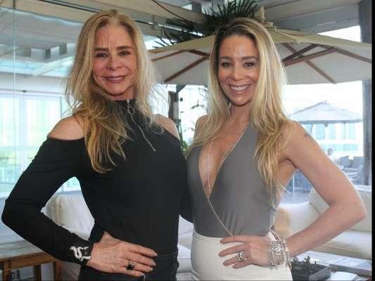 Danielle Winits leva a mãe, Nadja, à festa de aniversário da empresária Rosa Leal, na Barra da Tijuca, Zona Oeste do Rio de Janeiro, nesta terça-feira, 12 de setembro de 2017
