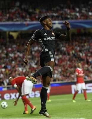 Grupo A - O jovem atacante Vitinho, ex-Botafogo e Internacional, marcou o gol que iniciou a grande virada do CSKA Moscou contra o Benfica, em pelo Estádio da Luz. O time russo venceu por 2 a 1 e é o segundo do grupo.