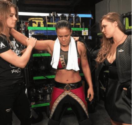 Ronda Rousey prestigia Shayna Baszler ao lado de Jessamyn Duke
