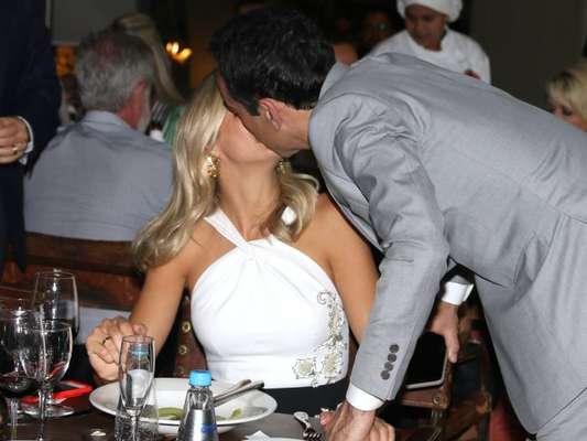 Ticiane Pinheiro ganha beijo de Cesar Tralli em jantar beneficente, em São Paulo