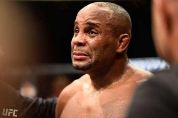 Daniel Cormier chorou no octógono após ser derrotado por Jon Jones