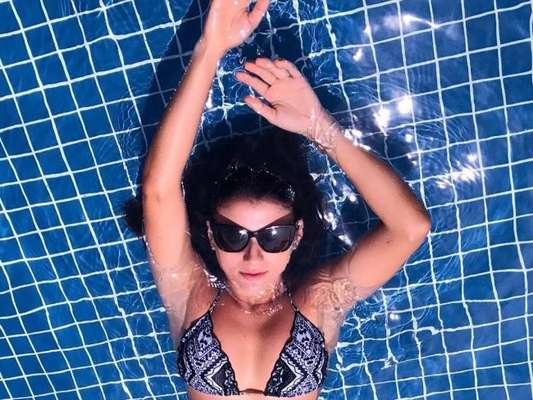 De biquíni, Paula Fernandes impressiona ao mostrar famosa cinturinha na piscina