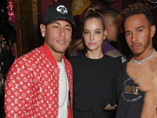 """Neymar sobrepôs o look branco com jaqueta de couro vermelha para a festa da revista """"LOVE"""" e da grife Miu Miu na boate Loulou's, em Londres, nesta segunda-feira, 18 de setembro de 2017"""