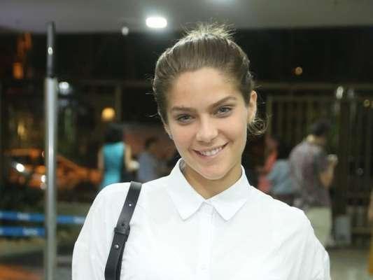 Isabella Santoni dispensou maquiagem para prestigiar a peça 'Círculo da Transformação em Espelho' no teatro do Sesc em Copacabana, Zona Sul do Rio, na noite de quinta-feira, 5 de outubro de 2017