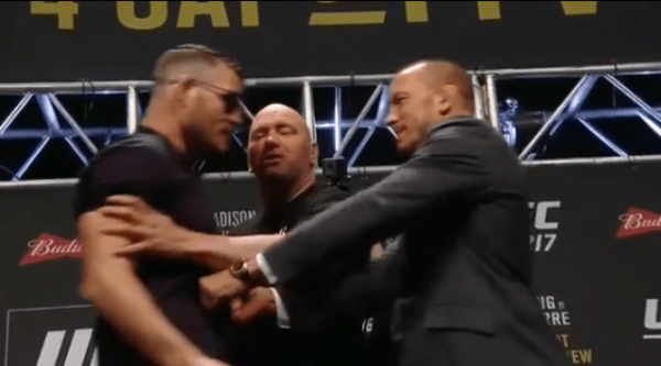 Georges Saint-Pierre empurra Michael Bisping durante encarada promocional do UFC 217