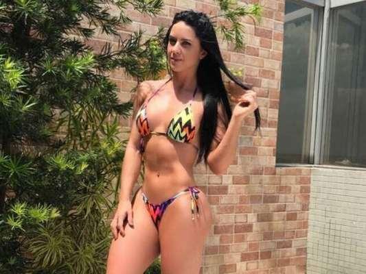 Graciele Lacerda contou que aposta em biquíni fio-dental para se bronzear nesta segunda-feira, 9 de outubro de 2017