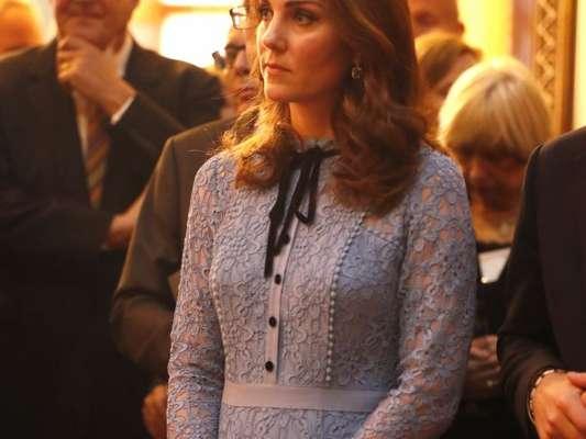 Grávida do terceiro filho, Kate Middleton exibe barriga discretíssima em evento