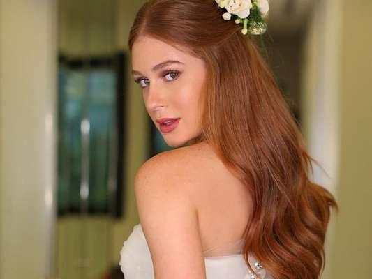 Marina Ruy Barbosa usou vestido de rendas assinado pelo designer de moda Sandro Barros na cerimônia religiosa de seu casamento com Xandinho Negrão