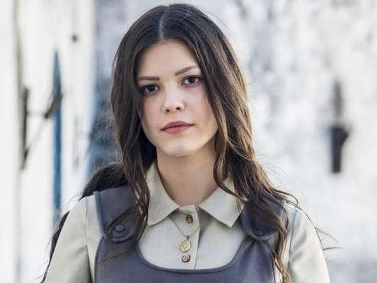 Maria Vitória (Vitória Strada) fica desabrigada no Brasil e recebe proposta para tocar piano no bordel de Madame Lucerne (Regina Duarte), a partir de 18 de outubro de 2017, na novela 'Tempo de Amar'
