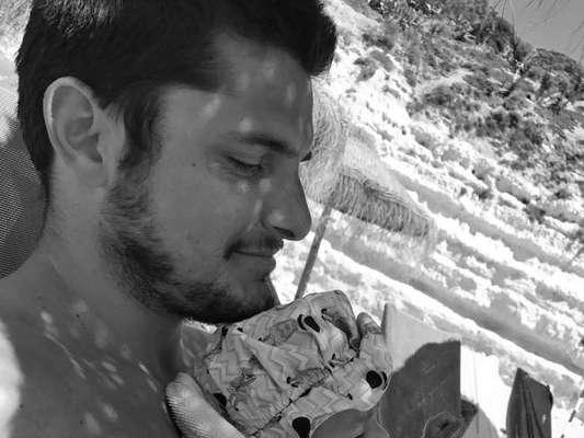 Bruno Gissoni, com filha, Madalena, em bolsa canguru, a suja ao comer em vídeo postado por ele nesta quinta-feira, dia 11 de outubro de 2017